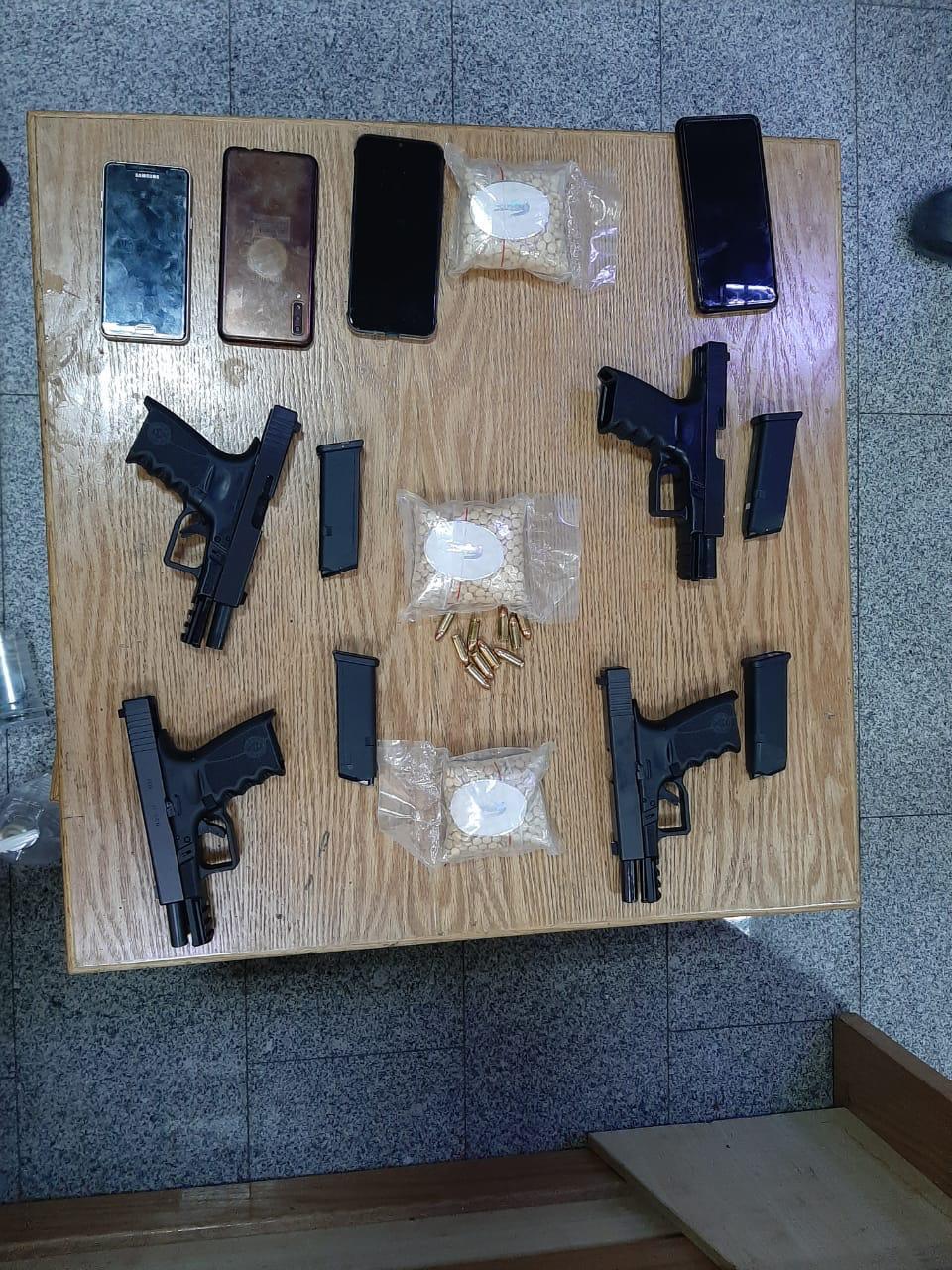 بالصور ..  ضبط تاجر ومروج للمخدرات بحوزته أربعة أسلحة نارية و 6000 حبة مخدرة
