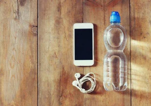 هذا ما يحدث عندما تضع قنينة ماء قرب هاتفك المحمول ..  أمر لا يصدق!