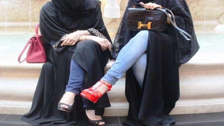 """""""العباية المقلوبة"""" ..  سعوديات يحتجن على لبس العباءة"""