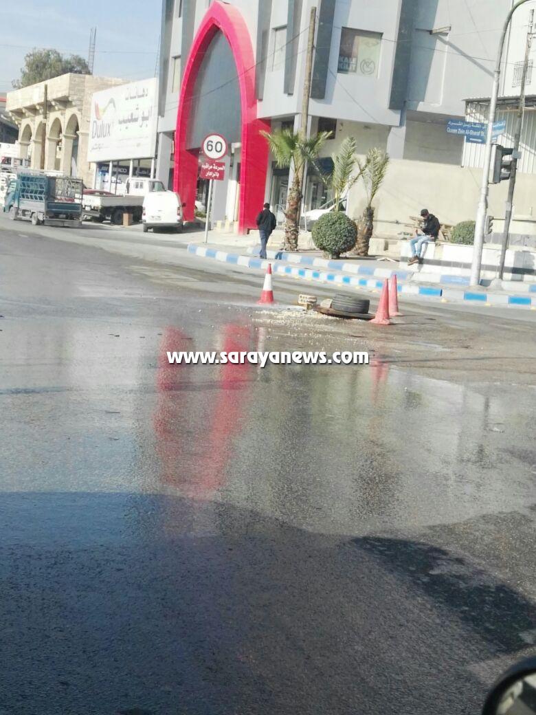 بالصور  ..  انفجار خطوط مياه الشرب و الصرف الصحي يعيق عمل كوادر بلدية الزرقاء