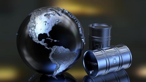 النفط ينخفض بفعل قفزة في الإصابات بكوفيد-19 والتوترات بين أمريكا والصين