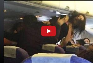 بالفيديو .. مشاجرة نسائية عنيفة على متن طائرة