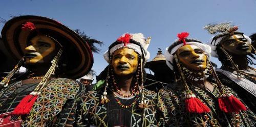 بالصور .. يتزين رجال هذه القبائل لإغراء نسائهم