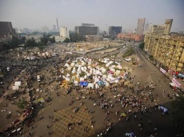 متظاهرون مصريون يتدفقون إلى ميدان التحرير بالقاهرة