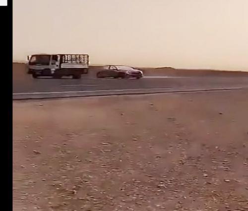 """فيديو مرعب  ..  أحدهما طارَ خارج المركبة  : نهاية مأساوية لشابين كانا يمارسان """"التفحيط""""!"""