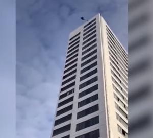 """""""فيديو"""" ليس لأصحاب القلوب الضعيفة .. رجل يقفز من ارتفاع 74 مترا وتتعطل مظلته"""