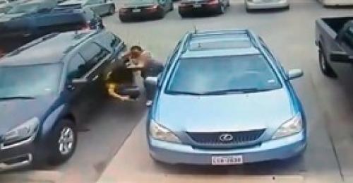 بالفيديو ..  لحظة اعتداء رجل ضخم على امرأتين بالضرب المبرح
