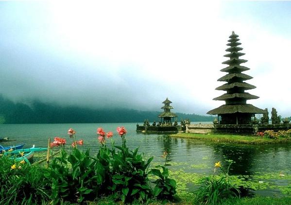 بالصور ..  جزيرة بالي ..  حسناء أندونيسية تأسر قلوب سائحي العالم
