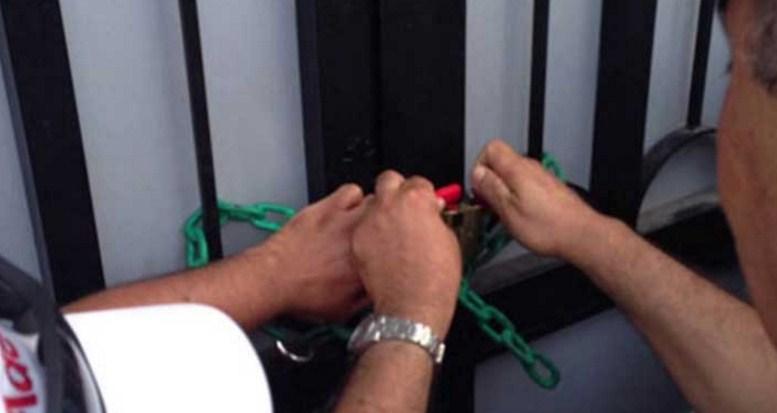 إغلاق كفتيريا مستشفى الزرقاء الحكومي بالشمع الأحمر لتكاثر الصراصير